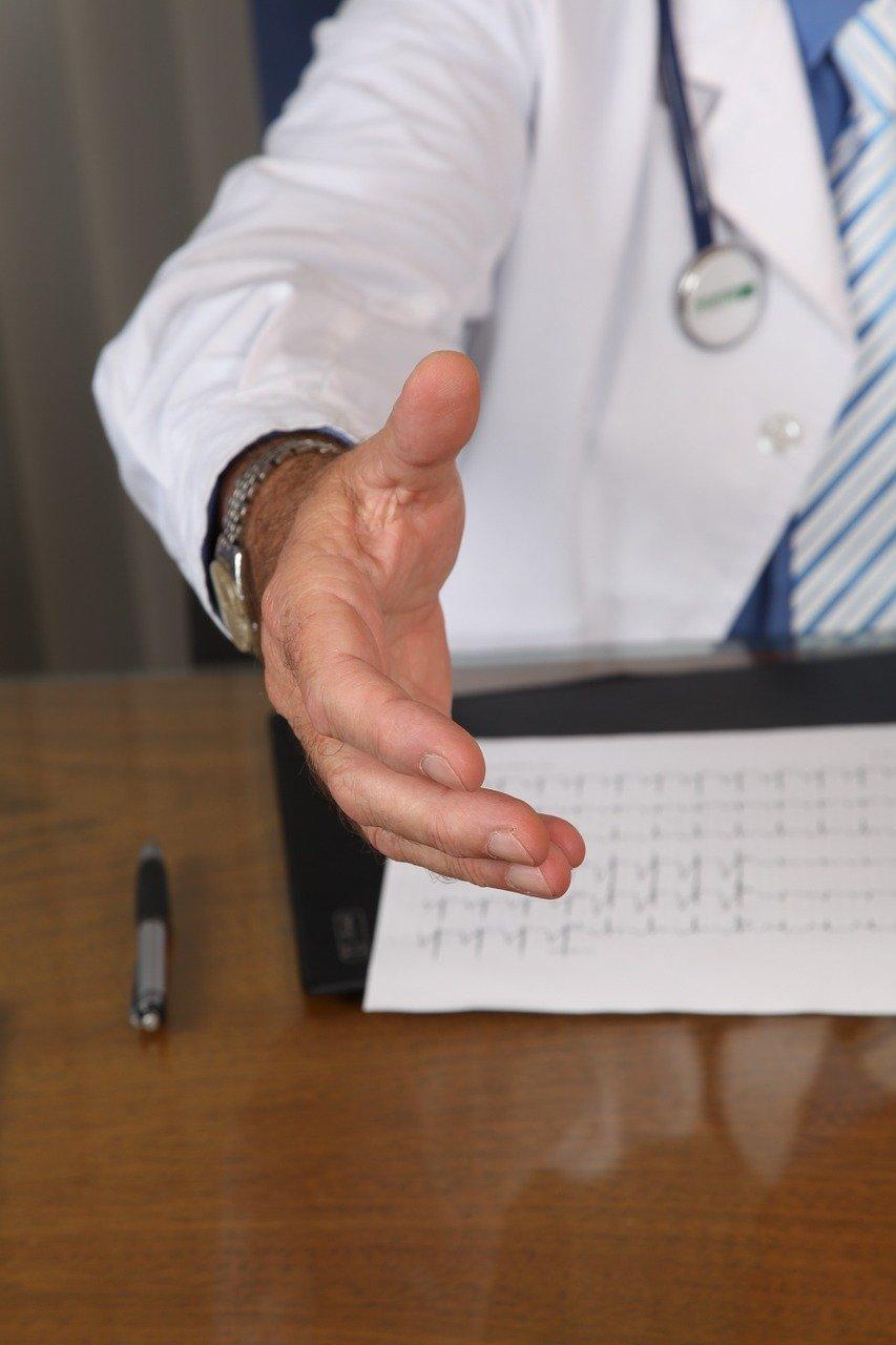 un médecin contre la prostatite