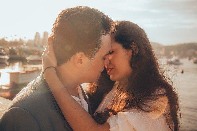 un couple qui s'embrasse